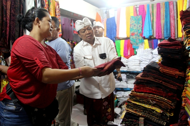 Blusukan ke Pasar Seni Semarapura, Koster Didoakan Jadi Gubernur Bali