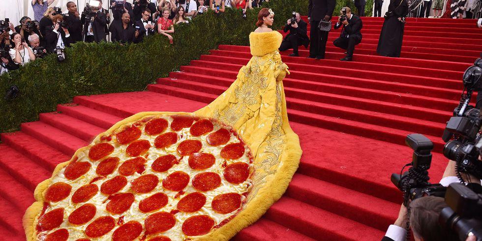 https: img.okezone.com content 2018 04 12 194 1885522 5-meme-fenomenal-di-met-gala-mulai-dari-pizza-dress-hingga-kylie-yang-mirip-salah-satu-karakter-shrek-ETBeFjMaMx.jpg