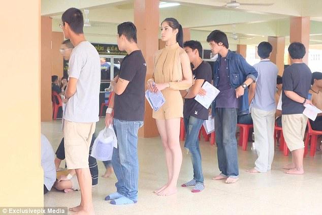 https: img.okezone.com content 2018 04 12 194 1885568 ini-foto-foto-saat-transgender-thailand-ikut-wajib-militer-duh-kulitnya-bikin-iri-MMBqRU2b2Y.jpg