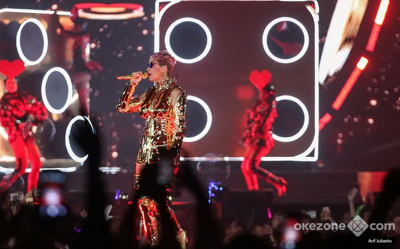 https: img.okezone.com content 2018 04 15 205 1886882 katy-perry-konser-di-indonesia-sound-mati-hingga-ajak-penonton-naik-ke-atas-panggung-fNVKoxqzNG.jpg