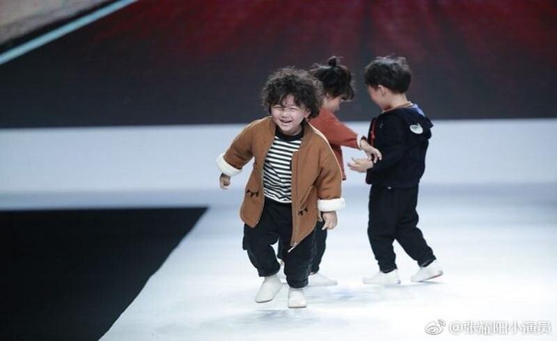 https: img.okezone.com content 2018 04 17 194 1887587 jatuh-di-catwalk-model-usia-4-tahun-malah-jadi-terkenal-bikin-gemaaas-8KeCtgntVe.jpg