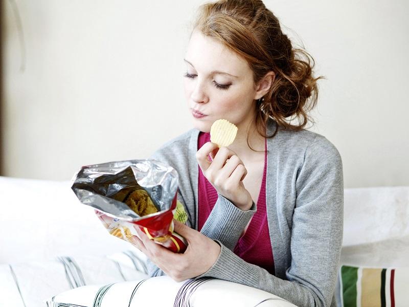 salah satu motivasi seseorang ngemil adalah pola makan yang terganggu akibat kesibukan mereka sehari-hari.