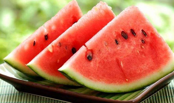 https: img.okezone.com content 2018 04 18 481 1888332 benarkah-makan-semangka-bisa-obati-impotensi-kwL6X2Dplp.JPG