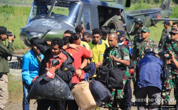 https: img.okezone.com content 2018 04 20 340 1889310 guru-dan-kepsek-sakit-hati-atas-ulah-kksb-di-kampung-aroanop-papua-X8ixV5xy6e.jpg