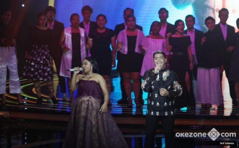 https: img.okezone.com content 2018 04 20 598 1889475 di-tengah-ketatnya-kompetisi-indonesian-idol-maria-dan-abdul-tak-pernah-merasa-bersaing-MPBDjVXDZX.jpg
