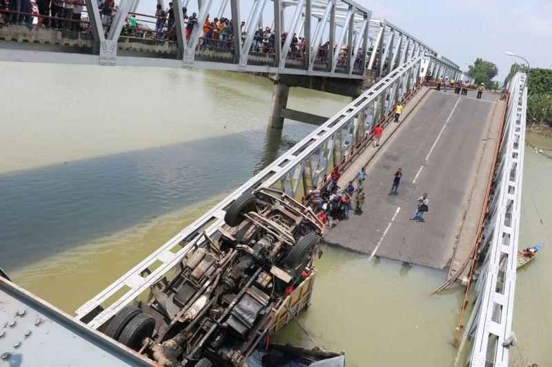 https: img.okezone.com content 2018 04 22 337 1889942 bidik-tersangka-kasus-robohnya-jembatan-babat-polri-gandeng-komite-keselamatan-konstruksi-KsWTK5VyOg.jpg
