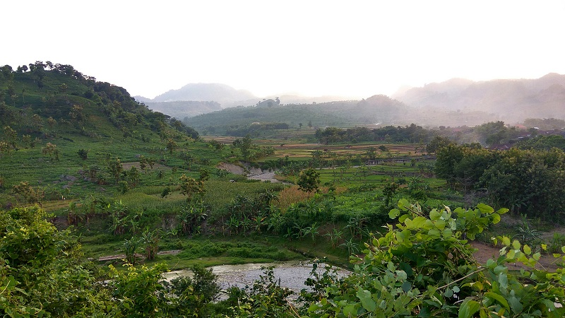 https: img.okezone.com content 2018 04 22 406 1890045 menjelajah-bukit-tono-sambongrejo-yang-eksotis-di-deretan-pegunungan-kendeng-selatan-MC9VXm50I4.jpg