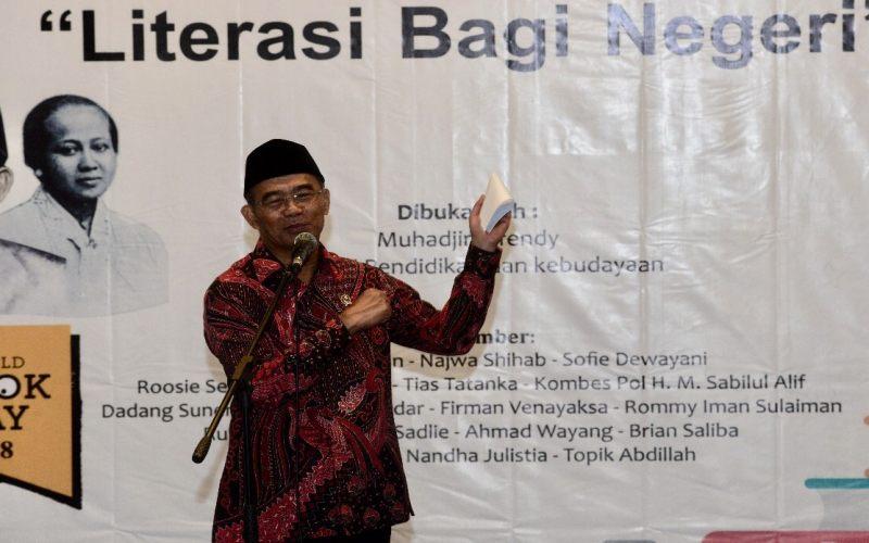 https: img.okezone.com content 2018 04 22 65 1889917 mendikbud-kartini-ibu-literasi-indonesia-p1QJWFJpqw.jpg