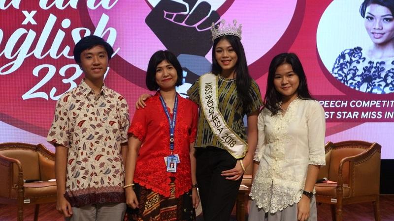 https: img.okezone.com content 2018 04 24 196 1890956 miss-indonesia-2018-alya-nurshabrina-kenalkan-sosok-perempuan-masa-kini-di-hadapan-remaja-sma-vlx3pQmfia.jpg