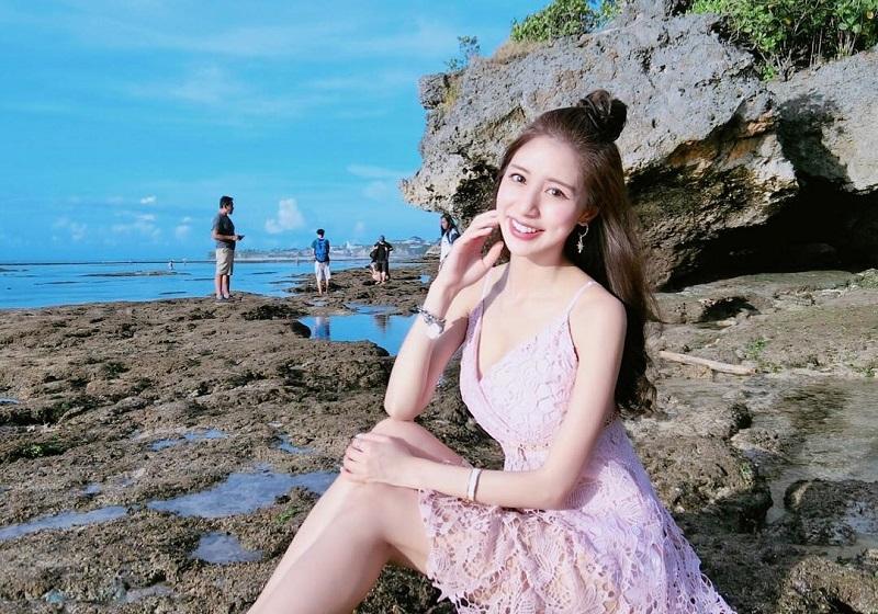 https: img.okezone.com content 2018 04 24 406 1890938 pramugari-cantik-asal-taiwan-ini-sedang-berlibur-di-bali-foto-foto-seksinya-bikin-salah-fokus-67Wd4VcZBs.jpg