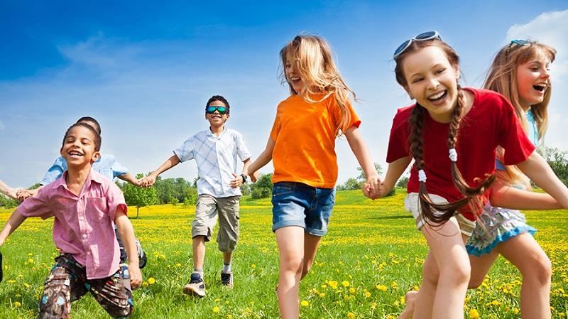 https: img.okezone.com content 2018 04 24 481 1890966 jangan-takut-anak-sakit-ini-pentingnya-aktivitas-fisik-di-luar-rumah-bagi-tumbuh-kembangnya-LLPzktRH1t.jpg