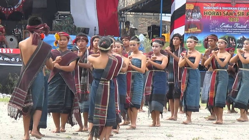 https: img.okezone.com content 2018 04 25 406 1891358 kamu-jomblo-yuk-cari-jodoh-di-festival-gondang-naposo-2018-tXlZEs54hc.jpg