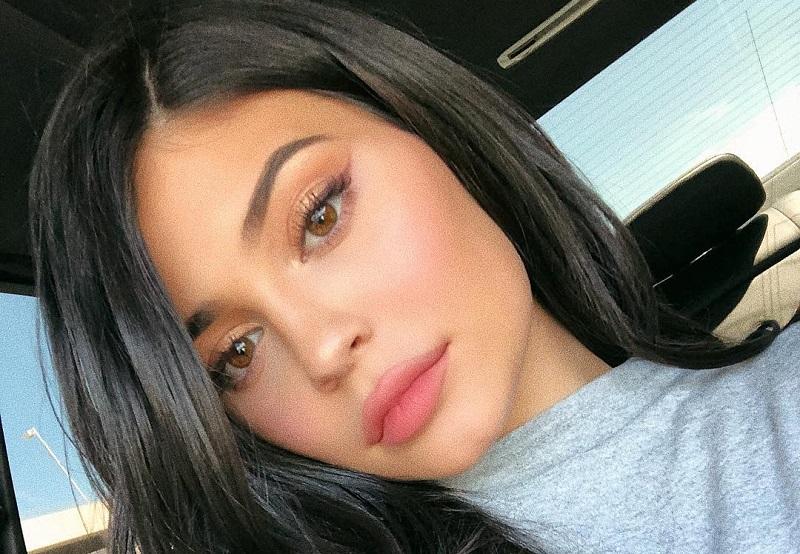 https: img.okezone.com content 2018 04 26 194 1891821 bikin-eyeliner-pakai-eyeshadow-ala-kylie-jenner-kenapa-enggak-9vV14EkQoJ.jpg