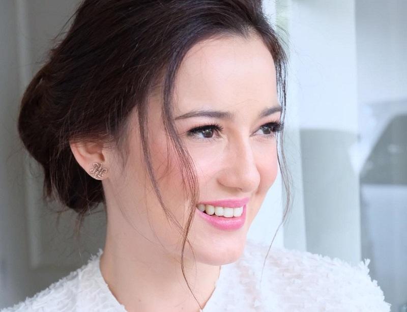 https: img.okezone.com content 2018 04 27 194 1892157 rahasia-di-balik-make-up-flawless-julie-estelle-di-setiap-penampilan-Ow5V4BCUJN.jpg