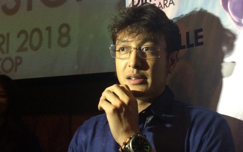 https: img.okezone.com content 2018 04 30 33 1893021 dimas-anggara-lakukan-prosesi-siraman-netizen-stok-aktor-ganteng-kian-berkurang-wVEULb7ouo.jpg