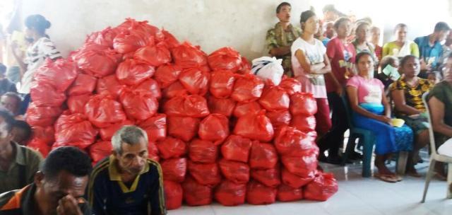 Esthon Foenay Bagikan 1.651 Paket Sembako kepada Warga Tak Mampu
