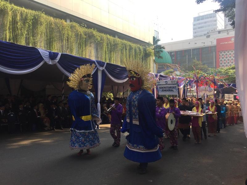 https: img.okezone.com content 2018 05 02 65 1893488 warna-warni-pakaian-adat-di-upacara-hardiknas-2018-yang-dipimpin-mendikbud-U3fQIhYBQp.jpg