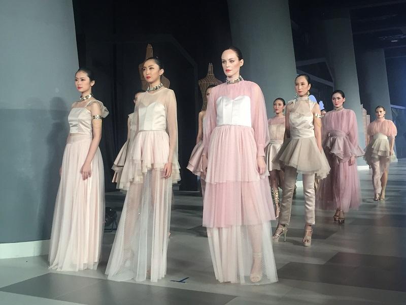 https: img.okezone.com content 2018 05 04 194 1894628 renaissance-empire-cantik-dan-megahnya-italian-cocktail-dress-ala-abad-15-6cBZRCT2gY.JPG