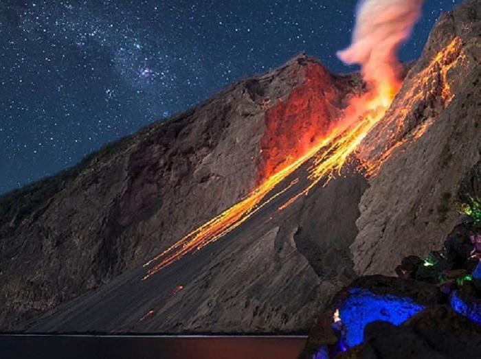https: img.okezone.com content 2018 05 07 406 1895606 gunung-di-ntt-ini-awalnya-dikenal-pulau-hantu-sekarang-jadi-gunung-terunik-di-dunia-eIqcMvaEQT.jpg