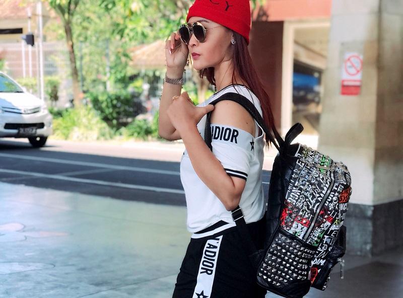 https: img.okezone.com content 2018 05 11 194 1897163 intip-gaya-boyish-inul-daratista-saat-hadiri-bali-fashion-trend-2018-c6V2CNM9GP.jpg