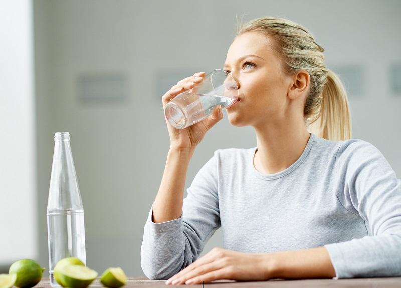 https: img.okezone.com content 2018 05 11 481 1897230 ini-trik-minum-air-mineral-agar-tubuh-tidak-dehidrasi-selama-bulan-puasa-UirgDcggxR.jpg