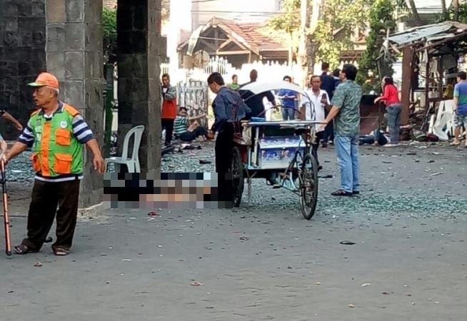 https: img.okezone.com content 2018 05 13 519 1897613 foto-foto-ledakan-diduga-bom-bunuh-diri-di-gereja-surabaya-mF3O9AK3Nf.jpg