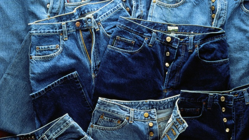 https: img.okezone.com content 2018 05 14 194 1898224 desain-semakin-aneh-celana-jeans-ini-robek-di-bagian-bokong-CpnZZrIcZx.jpg