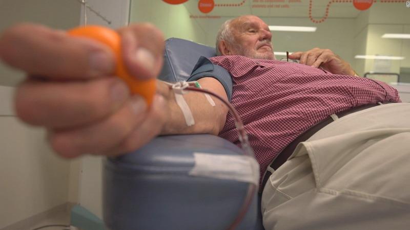 https: img.okezone.com content 2018 05 15 406 1898592 lengan-emas-pria-australia-selamatkan-nyawa-2-4-juta-bayi-AVaZqswzkl.jpg