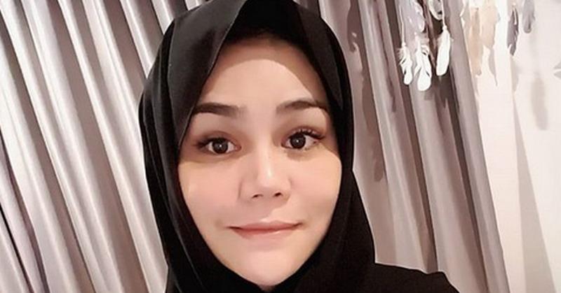 https: img.okezone.com content 2018 05 17 33 1899317 kenakan-hijab-dan-belajar-puasa-dj-butterfly-didoakan-dapat-hidayah-6QfwO56D7u.jpg
