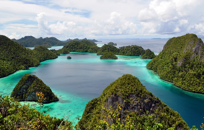 https: img.okezone.com content 2018 05 17 406 1899652 foto-foto-ini-buktikan-pulau-wayag-bak-surga-kecil-yang-jatuh-ke-bumi-3WS7sqSDjk.jpg