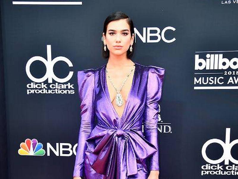 https: img.okezone.com content 2018 05 21 194 1900693 best-looks-di-red-carpet-billboard-music-award-2018-ada-yang-hampir-telanjang-dada-HQdGgs0aZv.jpg
