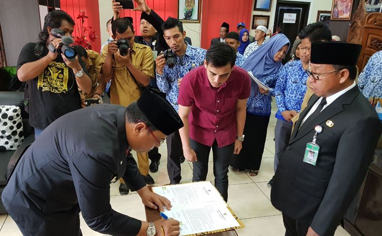 https: img.okezone.com content 2018 05 21 340 1900732 firman-resmi-jabat-sekretaris-kabupaten-pasangkayu-v108JvDvk8.JPG