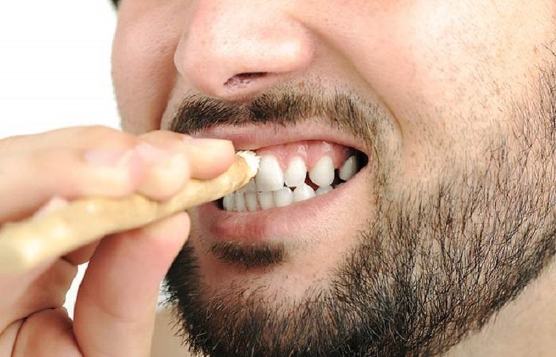 Bersihkan Gigi Pakai Siwak Cegah Bau Mulut Selama Bulan Puasa