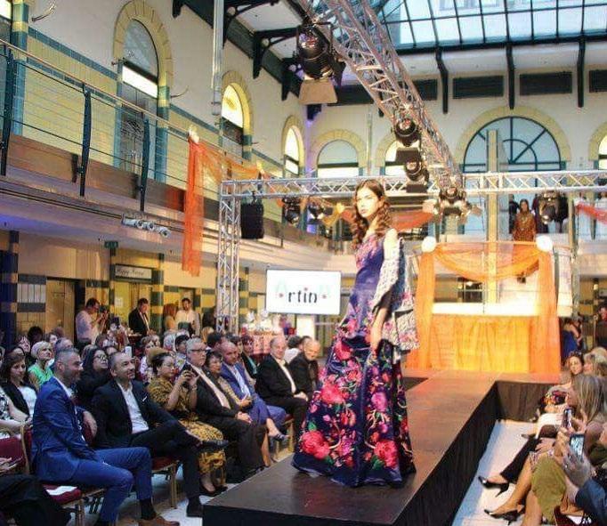 https: img.okezone.com content 2018 05 23 194 1901636 batik-tenun-dan-kebaya-rancangan-desainer-indonesia-curi-perhatian-di-beauty-contest-hungaria-mrVVOAAMQn.jpg
