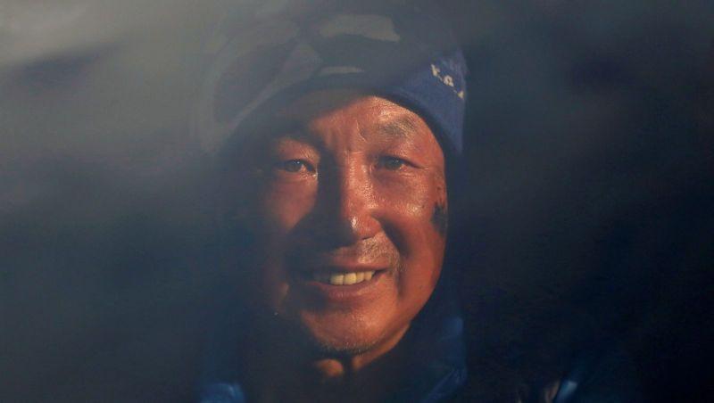 https: img.okezone.com content 2018 05 23 196 1901679 kakek-69-tahun-ini-berhasil-taklukan-puncak-everest-tanpa-kedua-kakinya-TCcwLDXcfI.jpg