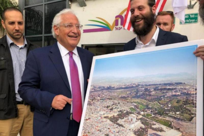 https: img.okezone.com content 2018 05 24 18 1902042 senyum-dubes-as-saat-terima-foto-yerusalem-tanpa-masjid-al-aqsa-undang-kecaman-RUVpfanoRd.jpg