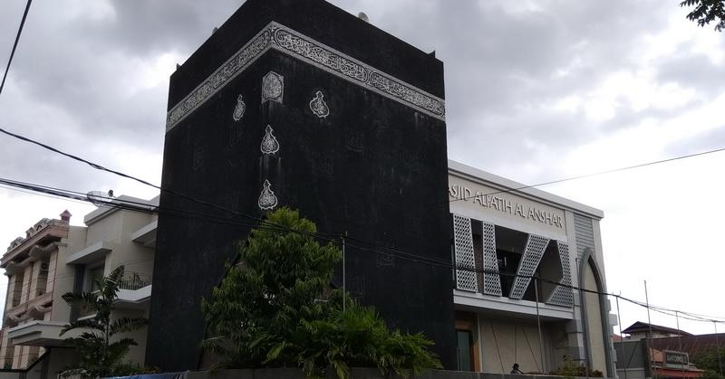https: img.okezone.com content 2018 05 24 406 1902364 masjid-dengan-tiruan-kakbah-di-makassar-ibadah-serasa-di-mekah-LrMDa6Xr0G.jpg