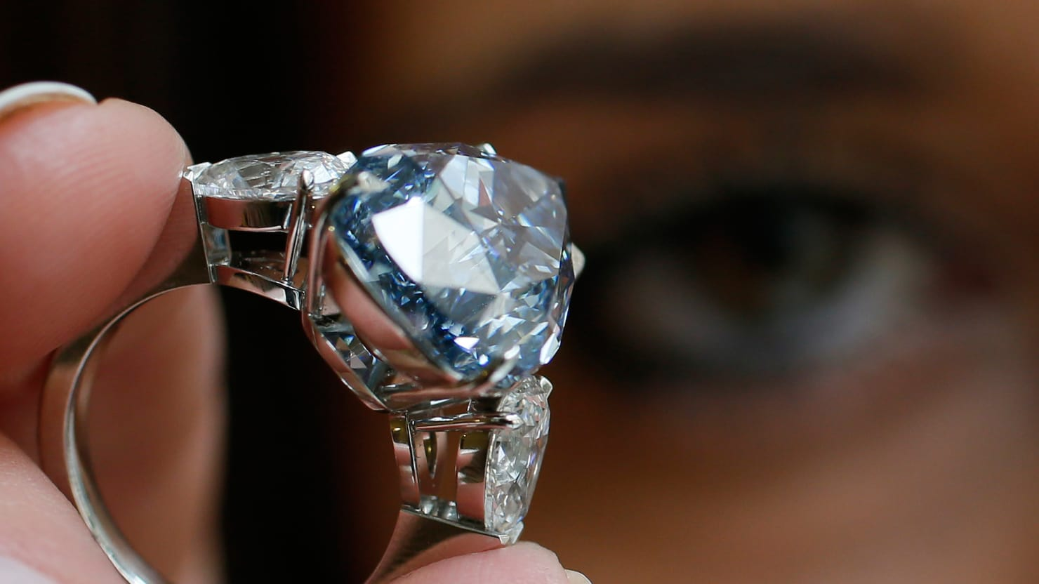 https: img.okezone.com content 2018 05 25 194 1902586 tips-rawat-perhiasan-berlian-biar-tetap-kinclong-qxsJZnw0He.jpg