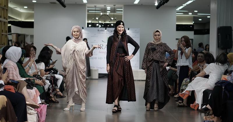 https: img.okezone.com content 2018 05 26 194 1903049 tren-baju-lebaran-2018-desainer-ini-angkat-kaftan-bermotif-batik-usLIzCp1sz.jpg