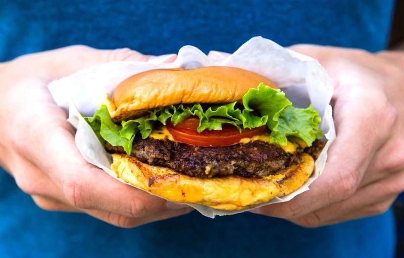 https: img.okezone.com content 2018 05 28 298 1903704 tak-sengaja-pria-ini-temukan-potongan-kuku-di-dalam-burger-B0cTFX0XDf.jpg