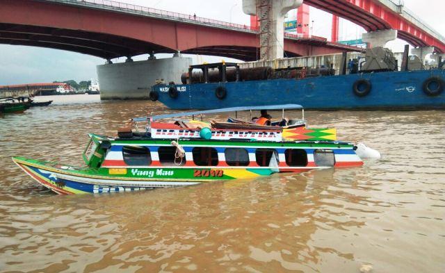 https: img.okezone.com content 2018 05 30 340 1904556 tabrakan-di-bawah-ampera-puluhan-penumpang-spedboat-tenggelam-2-tewas-YtcUXP7N3R.jpg