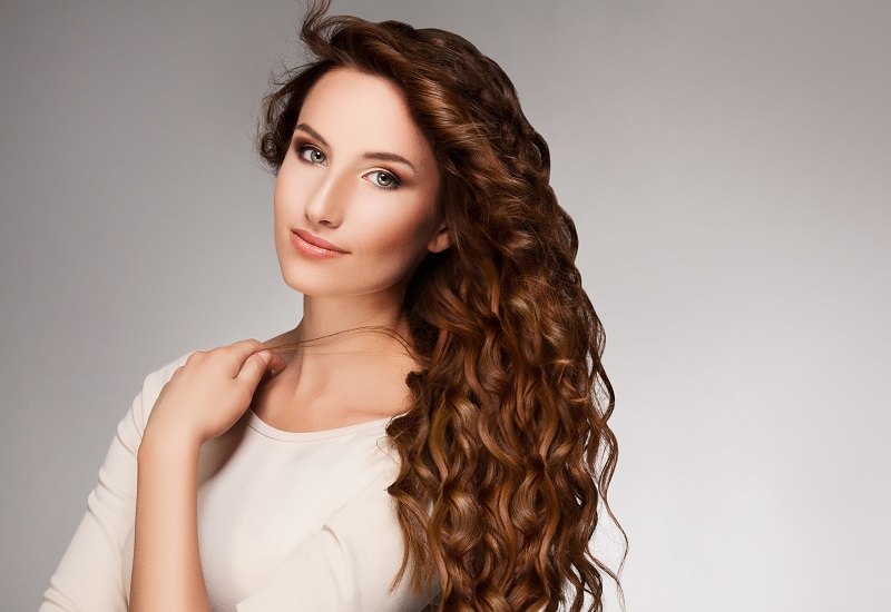 7 Cara Murah Bikin Rambut Tampak Keriting Natural   Okezone Lifestyle a3b90f1125