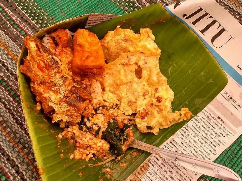 https: img.okezone.com content 2018 06 01 298 1905442 mencicipi-nasi-boran-kuliner-asli-lamongan-yang-ada-sejak-masa-penjajahan-qZwZ0b8zps.jpg
