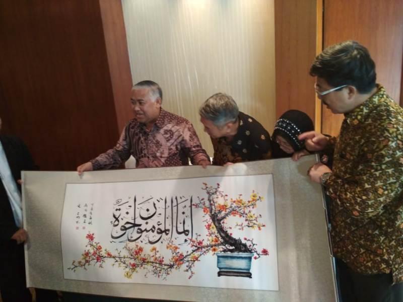 https: img.okezone.com content 2018 06 05 337 1906689 alquran-sulaman-raksasa-dari-pengusaha-tionghoa-untuk-indonesia-hB09Msauxp.jpeg