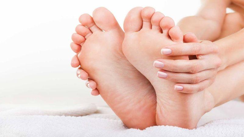 https: img.okezone.com content 2018 06 05 481 1906648 tips-rawat-telapak-kaki-agar-sehat-dan-lembut-salah-satunya-hindari-sepatu-berhak-tinggi-EhEpNhTpW2.jpg