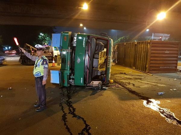 Truk Kontainer Terguling Di Jalan S Parman Jakbar Okezone News
