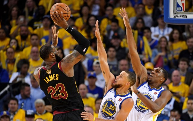 https: img.okezone.com content 2018 06 07 36 1908022 lebron-james-gusar-cleveland-kembali-takluk-dari-golden-state-zf4S3eb1ia.jpg