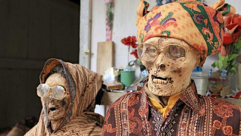 https: img.okezone.com content 2018 06 11 406 1909177 mendandani-jenazah-jadi-tradisi-orang-toraja-tiap-tahun-0zN8vBoVmi.jpg