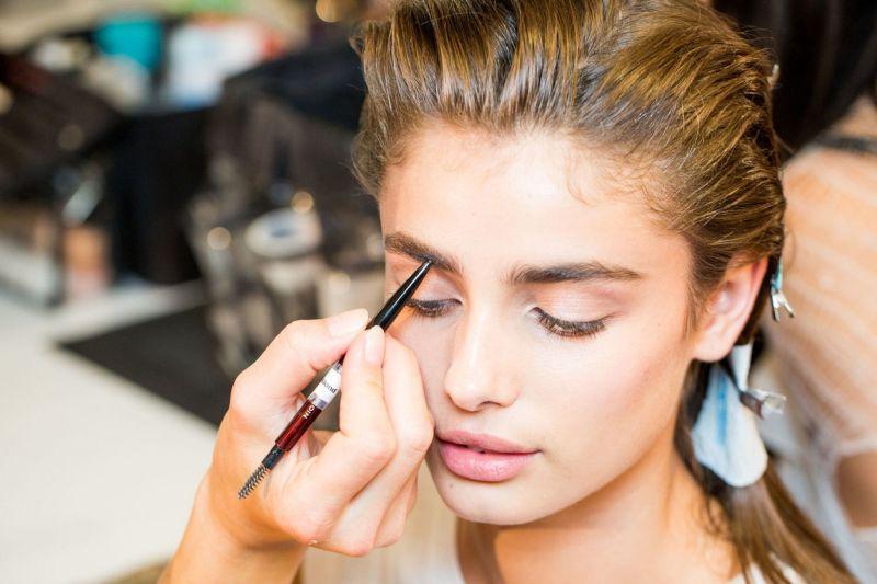 https: img.okezone.com content 2018 06 13 194 1909941 ingin-make-up-tahan-lama-dan-cantik-saat-lebaran-ini-tipsnya-AXtnCkCDyu.jpg