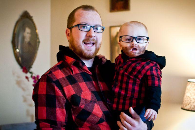 https: img.okezone.com content 2018 06 13 196 1909972 kompaknya-para-ayah-ini-kembaran-dengan-jagoannya-fIra2L7ObH.jpg